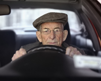 vecchietto-al-volante